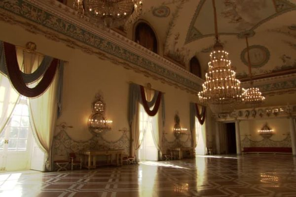 536039012-museo-di-capodimonte-candelabra-chandelier-hall